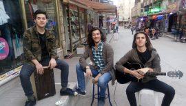 Üniversiteli Öğrencilerden Sokak Müziği Dinletisi…