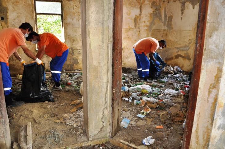Süleymanpaşa Belediyesi kötü kokuların yükseldiği evden bir kamyon çöp çıkardı