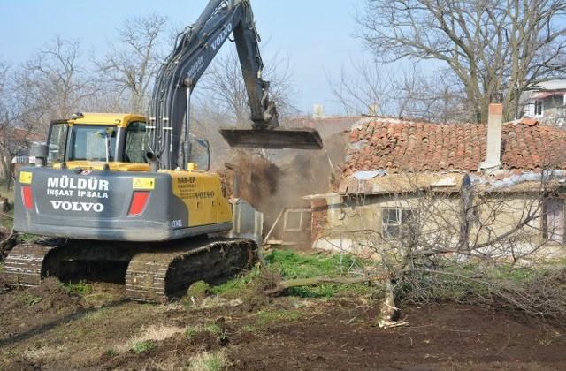 İpsala'da kötü durumda bulunan ev yıkıldı.