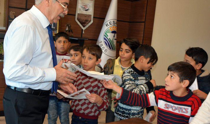 Başkan Özcan'dan öğrencilere karne hediyesi