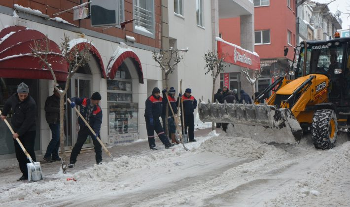 Keşan Belediye Ekipleri İnönü Caddesi'nde Biriken Karları Temizlediler.