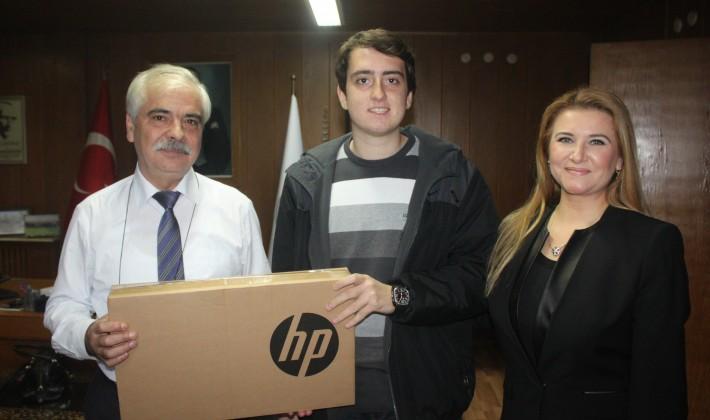Mehmet Özcan'dan,1 Tıp Fakültesi Öğrencisi'ne daha  laptop