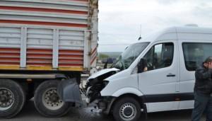 Yolcu minibüsü TIR'a arkadan çarptı