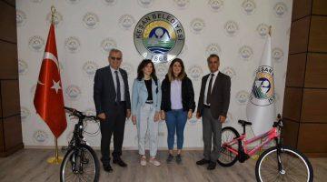 Hareketlilik Haftası yürüyüşüne katılan Kayrakoğlu ve Korkmaz'a bisikletleri teslim edildi