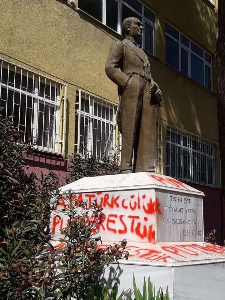 Tekirdağ'da Atatürk heykeli kaidesine yazılan uygunsuz yazılara ilişkin araştırma başlatıldı