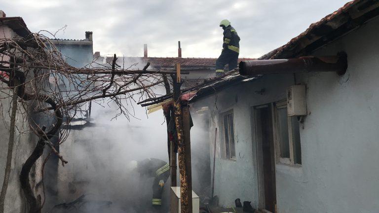 Edirne'de bir evi tamamen yanmaktan mahalleli kurtardı