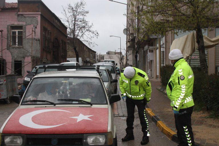 Keşan'da araçları durduran polis, sürücülere yolculuk nedenini soruyor
