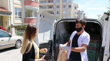 Edirne'de oyun havaları eşliğinde ekmek dağıtan fırıncı yüzleri güldürdü
