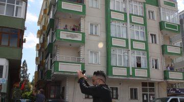 Keşan'da vatandaşlar, sokakta çalınan oyun havalarına balkonlarından eşlik etti