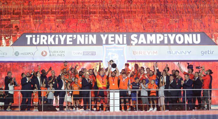 Medipol Başakşehir, şampiyonluk kupasını kaldırdı