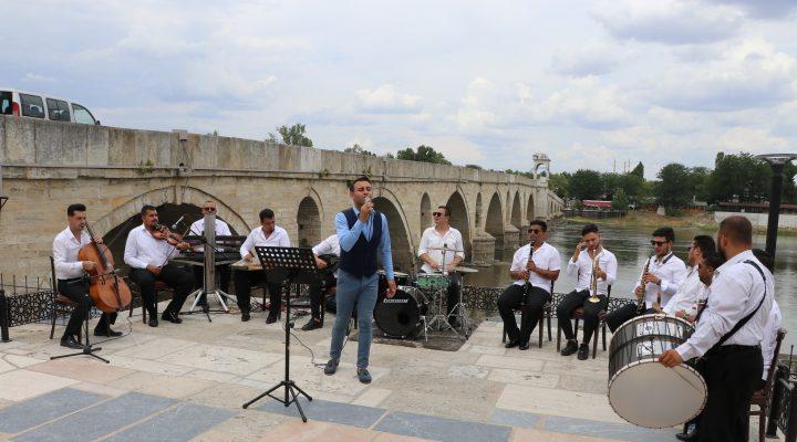 Roman müzisyenler en çok oyu almak için maharetlerini sergiledi
