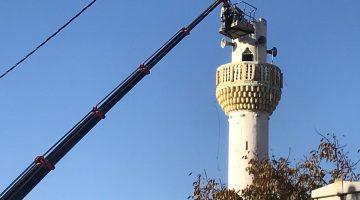 Depremde zarar gören köy camiinin minaresi kontrollu olarak yıkıldı
