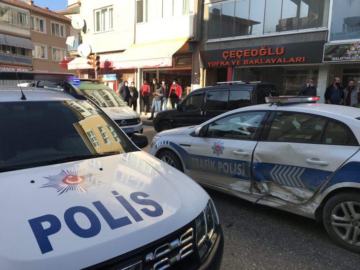 """Edirne'de """"dur"""" ihtarına uymayarak polis aracına çarpan otomobildeki 2 kişi yakalandı"""