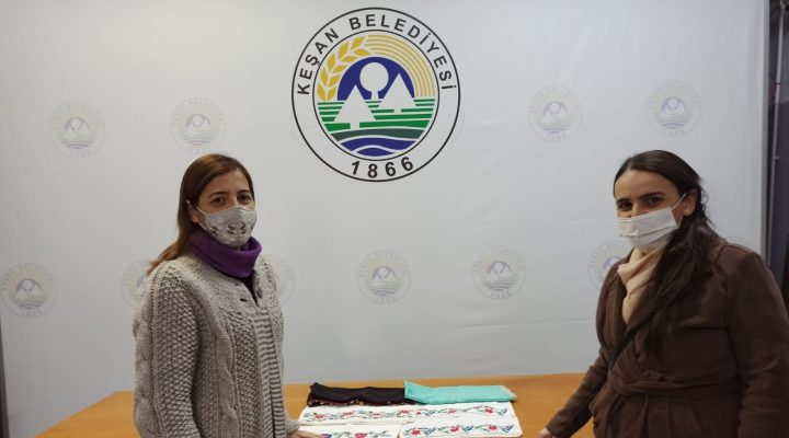Keşan'da öğretim görevlisi Türksoy, annesinden kalan başörtüyü müzeye bağışladı