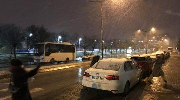 Edirne'de vatandaşlar kar top oynayarak kar yağışının keyfini çıkardı