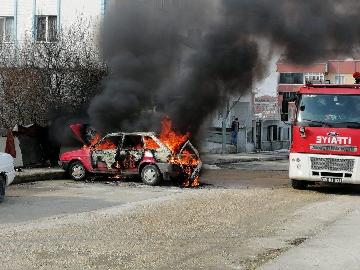 Tekirdağ'da park halindeki araç yandı