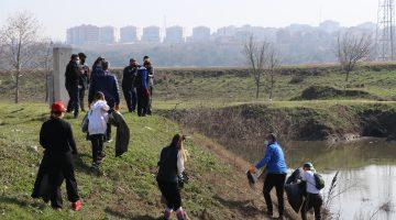 Doğaseverler Tunca Nehri kenarı ve Sarayiçi'nde taşkının getirdiği çöpleri topladı