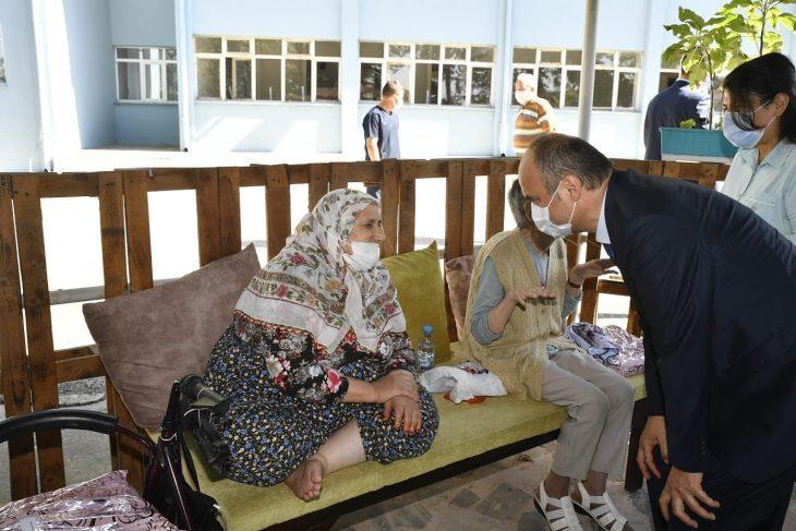 EdirneValisi Ekrem Canalp, huzurevindeki yaşlıların bayramını kutladı