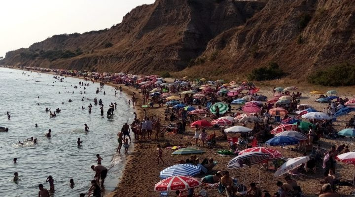 Enez'deki plajlarda tatilci yoğunluğu