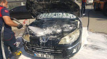 Çanakkale'nin Gelibolu ilçesinde seyir halindeyken yanan otomobil söndürüldü
