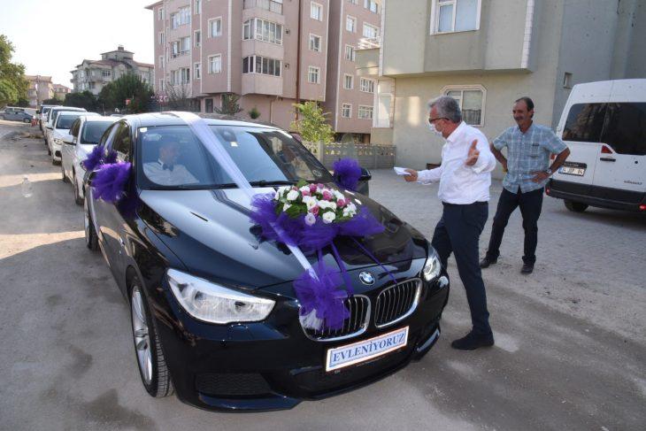 Keşan'da belediye başkanı düğün konvoyundan aldığı bahşişle vatandaşlara çay ısmarladı