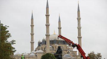 Selimiye Camisi Meydanı düzenlenme çalışmaları kapsamında Mimar Sinan ve Fatih heykelleri kaldırıldı