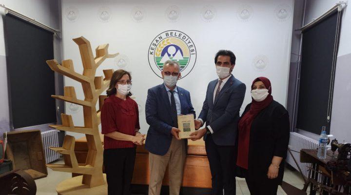İlhan Saz, 80 Yıllık Edirne Tarihi adlı kitabı Kent Müzesi'ne hediye etti