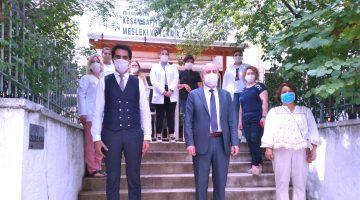 Kaymakam Yılmaz, maske üretimi yapan öğretmen ve öğrencileri ziyaret etti
