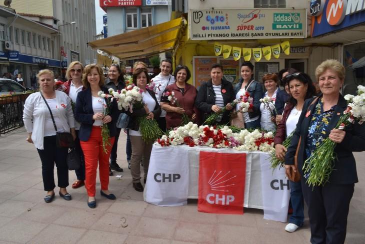 CHP Keşan İlçe Kadın Kolu yönetimi, Anneler Günü nedeniyle çiçek dağıttı.