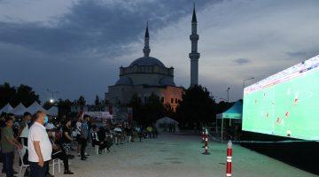 Kapıkule'de sıra bekleyen gurbetçiler, Türk takımlarının Avrupa kupalarındaki maçlarını dev ekrandan izledi.