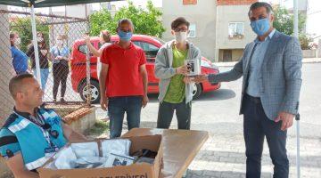 Keşan Belediyesi, 15 yaş üstü gençlere  11 mahalle muhtarlığında 5 bin maske 800 Nutuk dağıttı