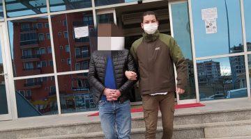 Araç içinden eroin poşetlerini dışarıya atan 3 kişiden biri araması nedeniyle tutuklandı