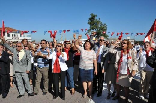 Kadıköy'de gergin 30 Ağustos töreni…