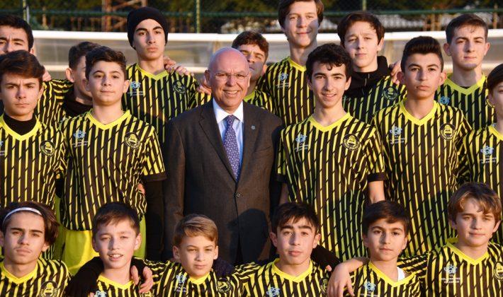 Başkan Eşkinat Tekirdağsporlu genç futbolculara malzeme desteğinde bulundu