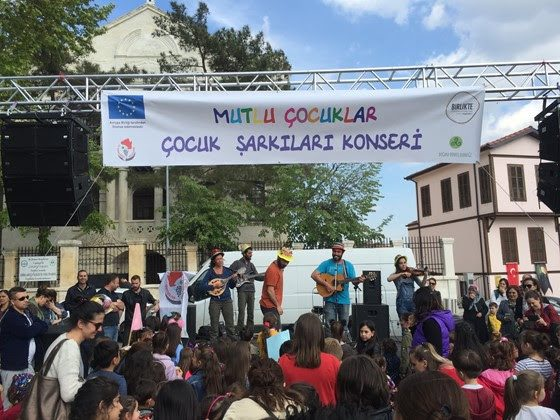 Doğaya Dönüş Derneği Kırklareli'nde Mutlu Çocuklar Çocuk Şarkıları Konseri düzenledi.